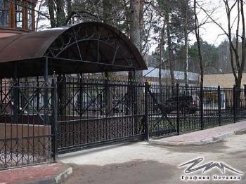 Перед въездными воротами
